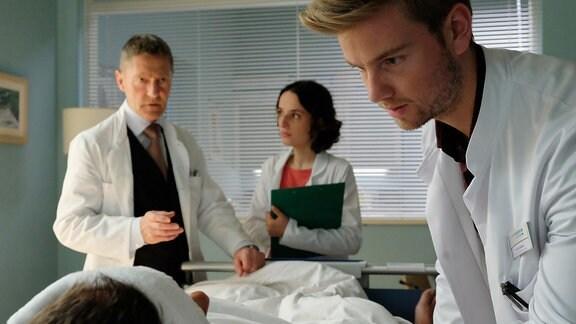Udo Schenk als Dr. Kaminski, Sophie Hess als Claudia Haller und Aaron Koszuta als Florian Klein