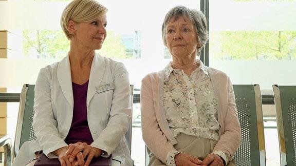 Andrea Kathrin Loewig als Dr. Kathrin Globisch und Monika Lennartz als Luise Brenner