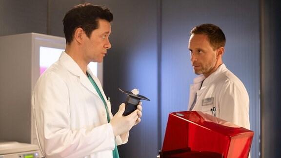Julian Weigend als Dr. Kai Hoffmann und Thomas Koch als Dr. Philipp Brentano