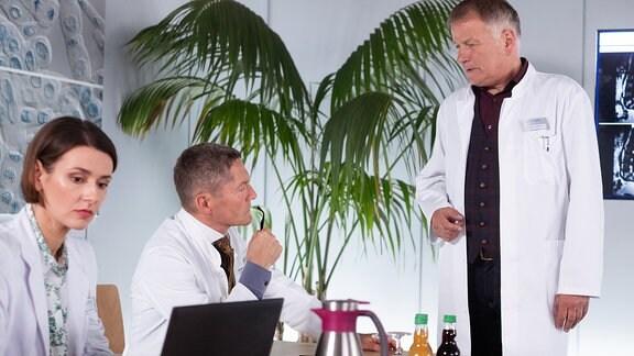 Annett Renneberg als Maria Weber, Udo Schenk als Dr. Kaminski und Thomas Rühmann als Dr. Roland Heilmann
