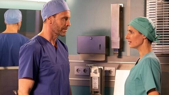 Julian Weigend als Dr. Kai Hoffmann und Annett Renneberg als Dr. Maria Weber