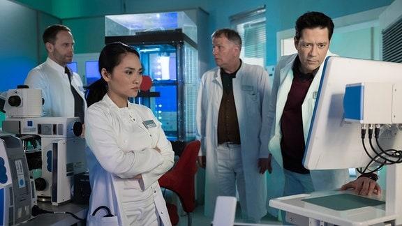 Thomas Koch als Dr. Philipp Brentano, Mai Duong Kieu als Dr. Lilly Phan, Julian Weigend als Dr. Kai Hoffmann und Thomas Rühmann als Dr. Roland Heilmann