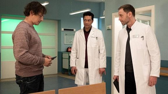 Ben Bela Böhm als Sten Poljakow, Julian Weigend als Dr. Kai Hoffmann und Thomas Koch als Dr. Philipp Brentano