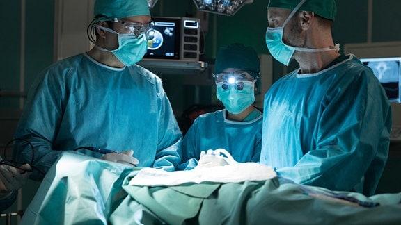 Thomas Koch als Dr. Philipp Brentano, Mai Duong Kieu als Dr. Lilly Phan und Julian Weigend als Dr. Kai Hoffmann