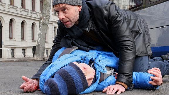 Julian Weigend als Dr. Kai Hoffmann und ein Junge