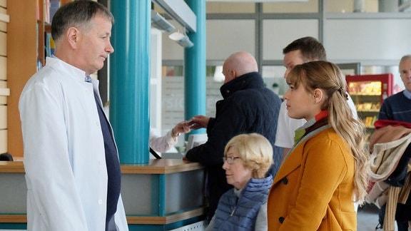 Thomas Rühmann als Dr. Roland Heilmann und Ella Zirzow als Tochter Lisa