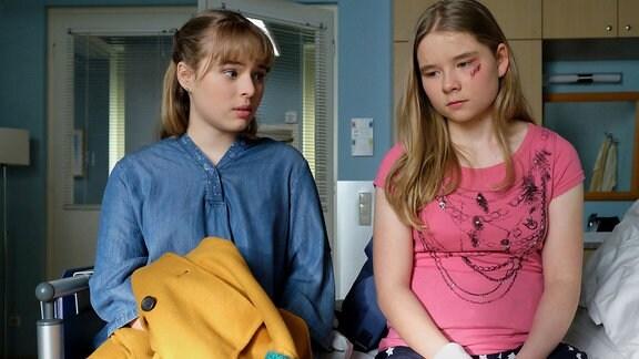 Daria Vivien Wolf als Svenja Krause und Ella Zirzow als Lisa