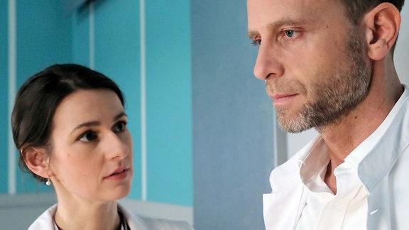 Dr. Maria Weber (Annett Renneberg) findet Dr. Kai Hoffmann (Julian Weigend) in Erinnerungen versunken vor dem Zimmer seines ehemaligen Oberstleutnants. Kai hat bisher Marias Unterstützung in dem Fall abgelehnt, doch jetzt benötigt er sie.