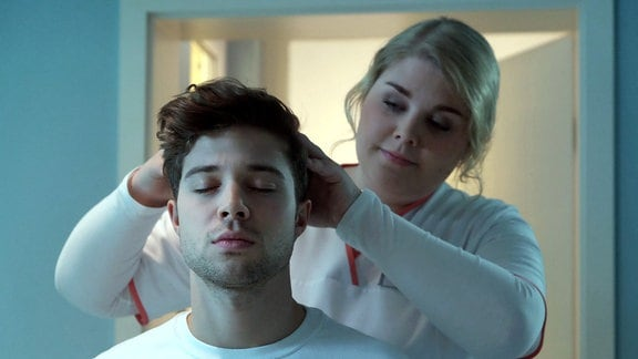 Schwester Miriam (Christina Petersen) versucht bei Kris Haas (Jascha Rust), Blockaden zu lösen und ihn so zum Absolvieren seiner schriftlichen Prüfung zu bewegen.