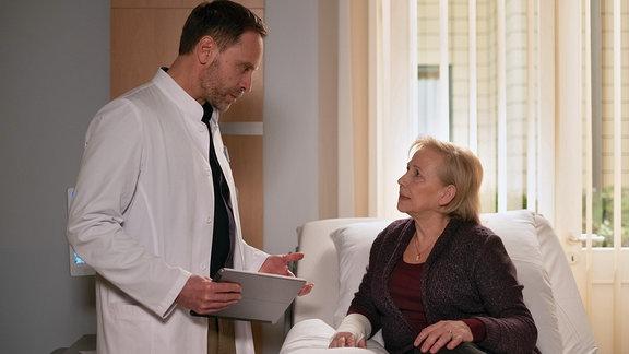 Julian Weigend als Dr. Hoffmann und Judith von Radetzky als Carola Habermann