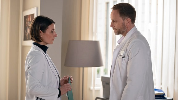 Annett Renneberg als Dr. Maria Weber und Julian Weigend als Dr. Hoffmann