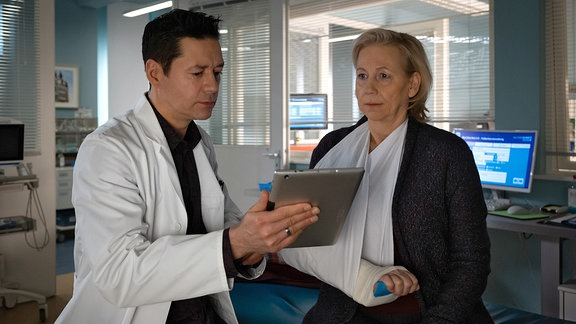 Thomas Koch als Dr. Philipp Brentano und Judith von Radetzky als Carola Habermann