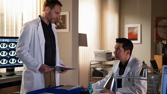 Julian Weigend als Dr. Hoffmann und Thomas Koch als Dr. Philipp Brentano
