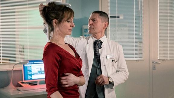 Saskia Spengler (Dagny Dewath) wird von Dr. Kaminski (Udo Schenk) untersucht
