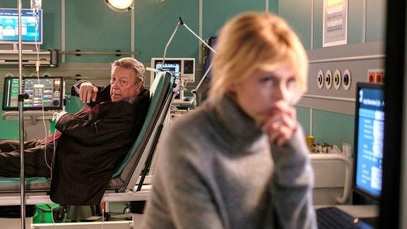 Dr. Ina Schulte (Isabell Gerschke) mit ihrem Vater.