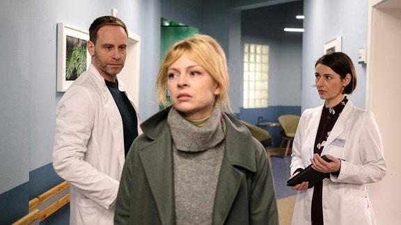Dr. Maria Weber (Annett Renneberg, re.) mit Dr. Ina Schulte (Isabell Gerschke, mi.) und Dr. Kai Hoffmann (Julian Weigend, li.)