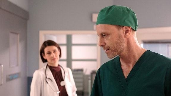 Dr. Maria Weber (Annett Renneberg) mit ihrem Freund Dr. Kai Hoffmann (Julian Weigend)