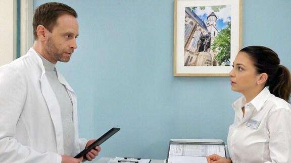 Durch Oberschwester Arzu (Arzu Bazman) erfährt Chefarzt Dr. Kai Hoffmann (Julian Weigend) von Malte Riedlers Flucht. Maltes Stimmung sei plötzlich gekippt, als würden ihm die Sicherungen durchbrennen und er hat die Klinik verlassen.
