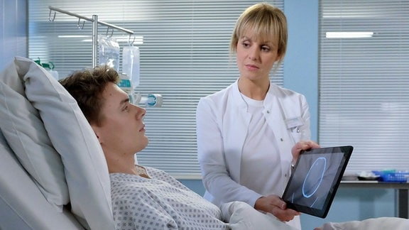 Dr. Lea Peters (Anja Nejarri) hat bei Malte Riedel (Gerrit Klein) ein Hämatom im Kopf gefunden, dessen Ursache ein Schädel-Hirn-Trauma sein könnte. Malte ahnt, dass die Auseinandersetzung mit Dr. Kai Hoffmann vor etwa zwei Jahren dazu geführt hat, bei der Malte der Kiefer gebrochen wurde. Seitdem hat Malte immer wieder starke Kopfschmerzen.