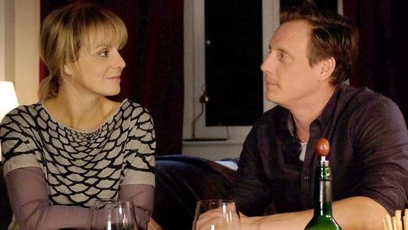 Lea Peters (Anja Nejarri) und Jenne Derbeck (Patrick Kalupa) hatten seit langem keine Zeit mehr zu zweit. Nun hat Lea abgestillt, der erste Rotwein seit ewigen Zeiten steht auf dem Tisch, die Stimmung ist perfekt ...
