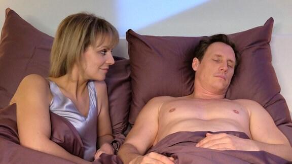 Lea Peters (Anja Nejarri) und Jenne Derbeck (Patrick Kalupa) haben seit langer Zeit wieder einen gemeinsamen Abend miteinander genossen. Doch die erhoffte, aufregende Nacht bleibt leider aus.