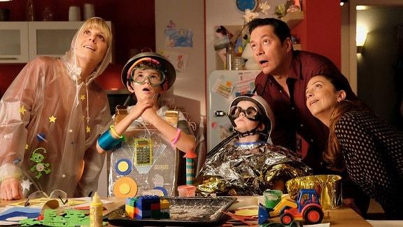 Dr. Lea Peters mit Familie Brentano, alle schauen lächelnd nach oben