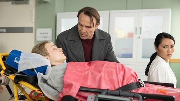 Martin beugt sich besorgt über seine Tochter