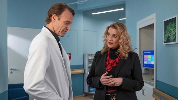 Sarah Marquardt (Alexa Maria Surholt) mit Dr. Martin Stein (Bernhard Bettermann)