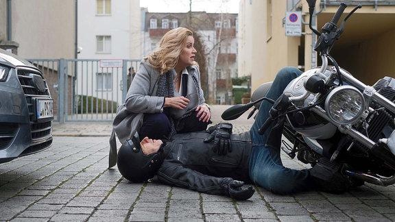 Ein Motorradfahrer schneidet den Weg von Sarah Marquardt (Alexa Maria Surholt).