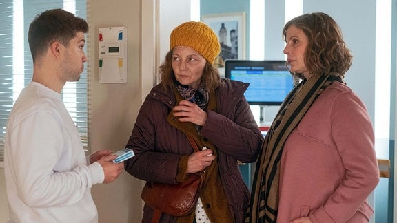 Katja Brückner (Julia Jäger, re.) mit Simone Berger (Carina Wiese, mi.) und Kris Haas (Jascha Rust, li.)