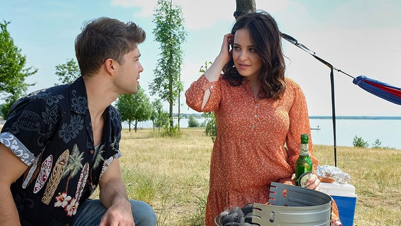 Kris (Jascha Rust) und seine Kollegin Jasmin (Leslie-Vanessa Lill)