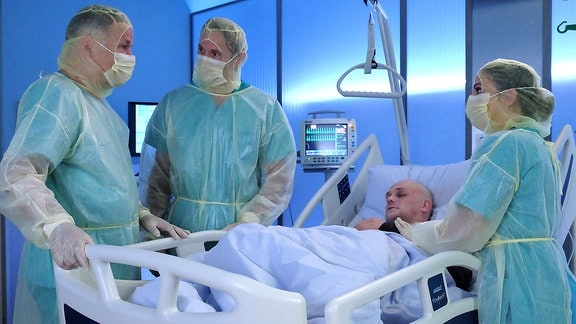 Dr. Roland Heilmann (Thomas Rühmann), Dr. Martin Stein (Bernhard Bettermann), Christoph Faber (Matti Krause) und Oberschwester Arzu (Arzu Bazman)