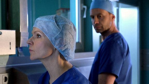 Dr. Kathrin Globisch (Andrea Kathrin Loewig) belastet die Situation, dass die Mutter ihres Vergewaltigers ihre Patientin ist, sehr. Nach der OP möchte sie von dem Fall entbunden werden. Auf Dr. Hoffmanns (Julian Weigend) Nachfrage, bittet sie um Verständnis, dass es ihn einfach nicht anginge.