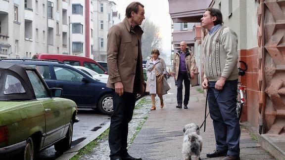 Dr. Martin Stein (Bernhard Bettermann, li.) bringt Michael Linse (Tom Jahn, re.) den Hund seiner Mutter zurück. Es hat sich herausgestellt, dass Michael Linse nicht nur der Sohn einer Nachbarin von Dr. Kathrin Globisch ist, sondern auch der Mann, der Kathrin vor 10 Jahren überfallen und vergewaltigt hat. Martin droht Michael Linse, er solle sich von Kathrin fernhalten!