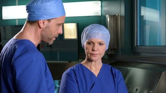 Dr. Kai Hoffmann (Julian Weigend) merkt, Dr. Kathrin Globischs (Andrea Kathrin Loewig) desolaten Zustand und fragt, ob sie sich für die bevorstehende OP gewappnet fühlt. Doch Kathrin möchte ihm den Grund nicht nennen und sagt, es sei alles bestens.