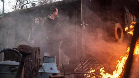 Als Emma (Vivien Sczesny) und Nils (Yannic Eilers) aus ihrem Schäferstündchen erwachen, brennt es am Bootshaus