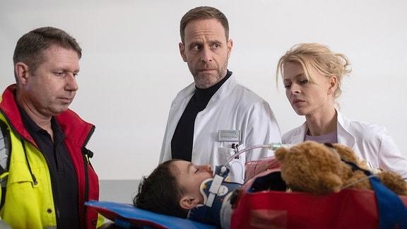 Dr. Kai Hoffmann (Julian Weigend), Anton Herzog (Lucano Resta) und Dr. Ina Schulte (Isabell Gerschke)