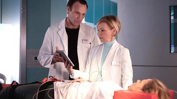 Dr. Martin Stein (Bernhard Bettermann), Dr. Kathrin Globisch (Andrea Kathrin Loewig) und Nelly Herzog (Jessica Ginkel)