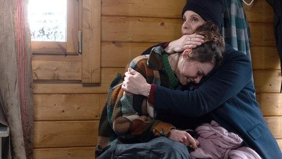 Katja Brückner (Julia Jäger) findet ihre Tochter Emma (Vivien Sczesny) völlig aufgelöst am Bootshaus