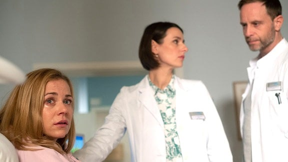 Nelly Herzog (Jessica Ginkel), Dr. Maria Weber (Annett Renneberg) und Dr. Kai Hoffmann (Julian Weigend)