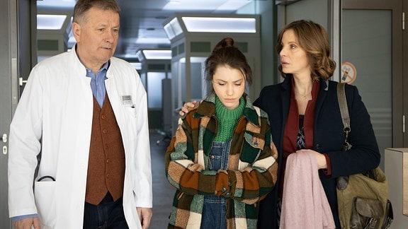 Katja (Julia Jäger) hat ihre Tochter Emma (Vivien Sczesny) von Roland (Thomas Rühmann) untersuchen lassen