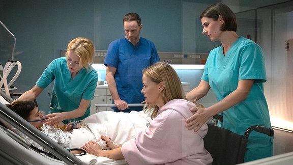 Gemeinsam mit seiner Mutter Nelly Herzog (Jessica Ginkel) versuchen die Ärzte den kleinen Anton (Lucano Resta) aufwachen zu lassen