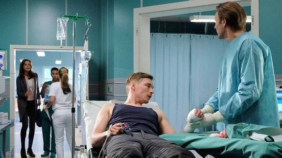 Daniel Klatt (Max Kupfer) hat sich den Daumen abgesägt. Bei der Untersuchung erfährt Dr. Martin Stein (Bernhard Bettermann), dass Daniel an einem Long-QT-Syndrom leidet, eine seltene und lebensgefährliche Herzkrankheit, bei der es im schlimmsten Fall zum Herzstillstand kommen kann.