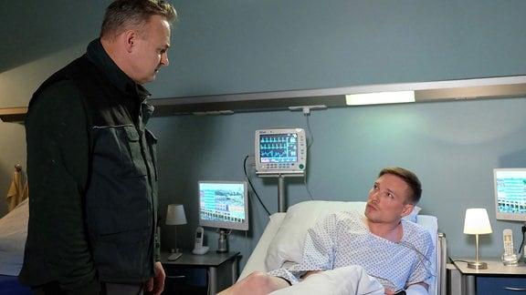 Joachim Weinstein (Oliver Breite, li.) wusste nichts davon, dass sein Mitarbeiter Daniel Klatt (Max Kupfer, re.) einen Defibrillator implantiert hat. Er hätte bestimmte Arbeiten in seinem Betrieb überhaupt nicht machen dürfen.