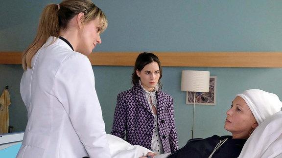Im Gegensatz zu Dr. Lea Peters, Tessa Kollwitz (Beate Maes, re.) und Pola (Vita Tepel, mi.) im Krankenzimmer.