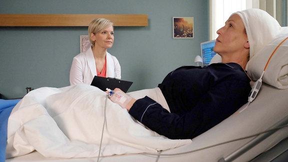 Dr. Kathrin Globisch spicht im Krankenzimmer mit Tessa.