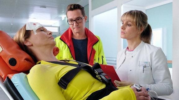 Der Notarzt liefert Tessa Kollwitz ein.
