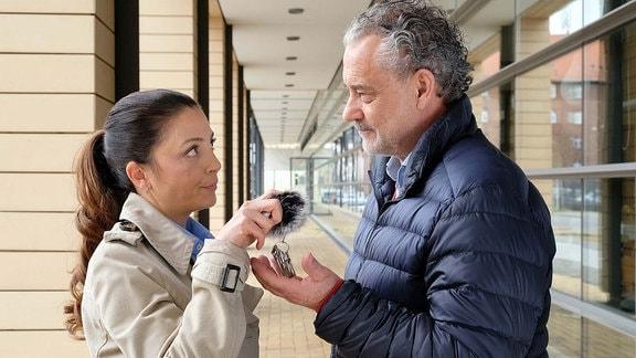 Arzu spricht mit ihrem Vater vor der Klinik.