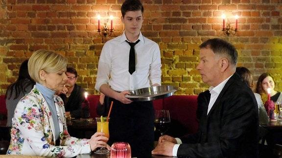 Kathrin Globisch und Roland Heilmann besuchen eine neue Bar. Dort kellnert Bastian.