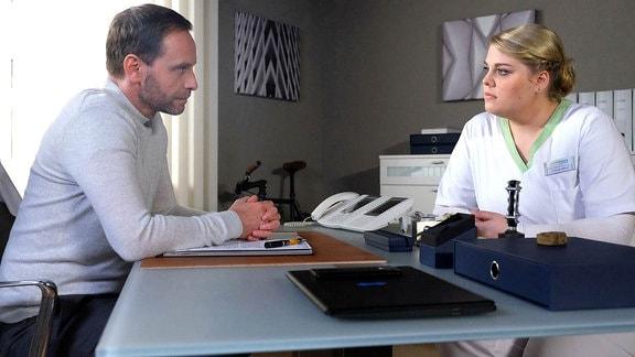 Der neue Chefarzt der Sachsenklinik, Dr. Kai Hoffmann (Julian Weigend), bittet Schwester Miriam (Christina Petersen) um ein Gespräch. Offensichtlich hat Miriam ein großes Problem mit Kai, den sie von früher kennt.